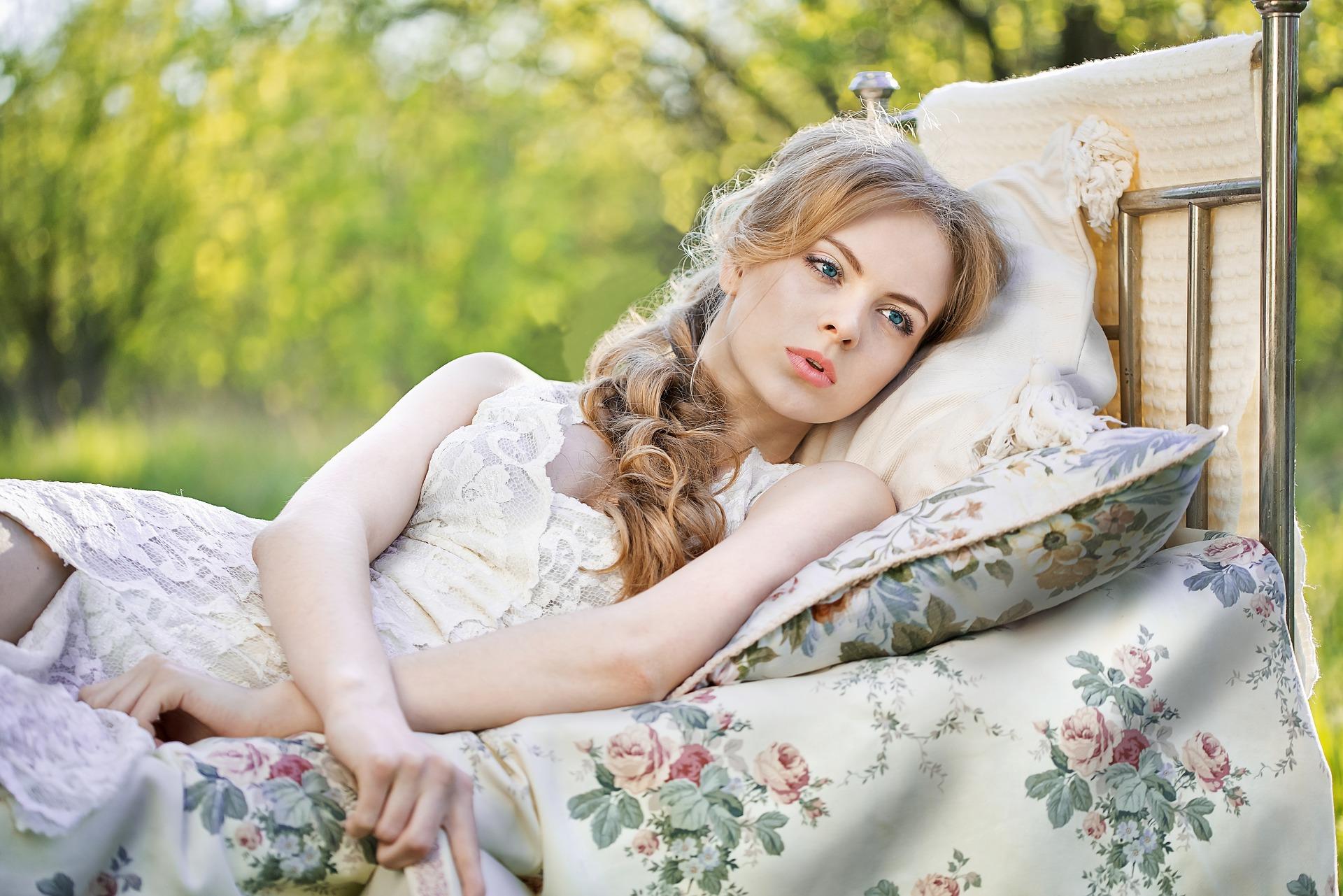 ce trebuie sa faci in pat ca sa fii fericit - sfatulparintilor.ro - pixabay_com - girl-2304038_1920