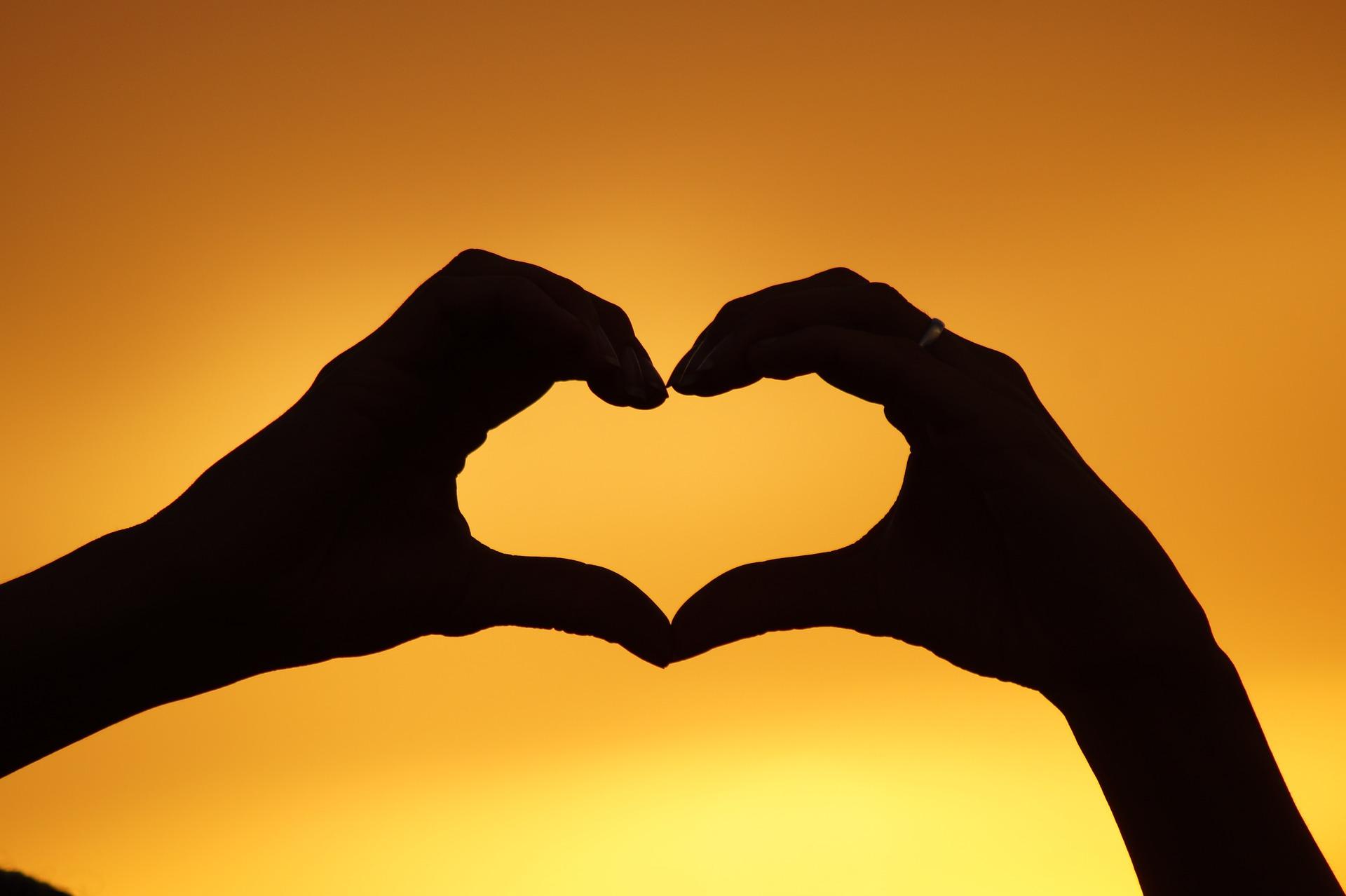 uleiuri esentiale pentru iubire de sine - sfatulparintilor.ro - pixabay_com - heart-826933_1920