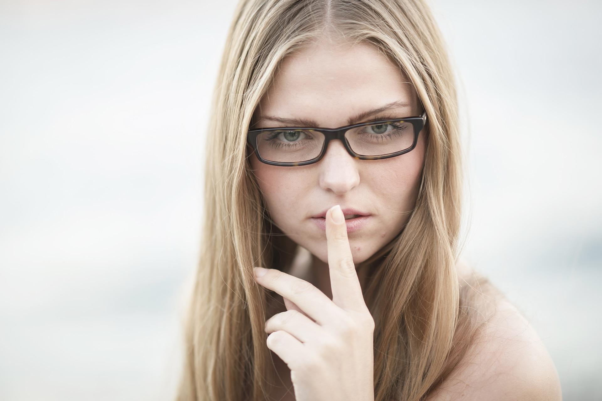 sa taci - sfatulparintilor.ro - pixabay_com - woman-2349048_1920