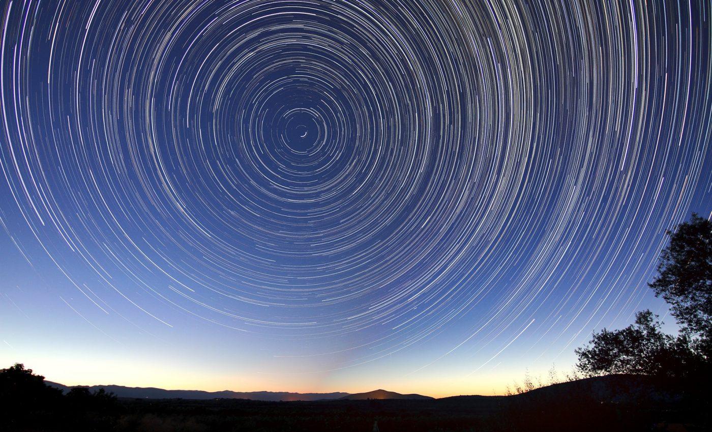 Miscari cosmice PUTERNICE - sfatulparintilor.ro - pixabay_com - star-trails-828656_1920