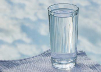 Este sanatos sa bei apa in timp ce mananci - sfatulparintilor.ro - pixabay_com - glass-2875091_1920