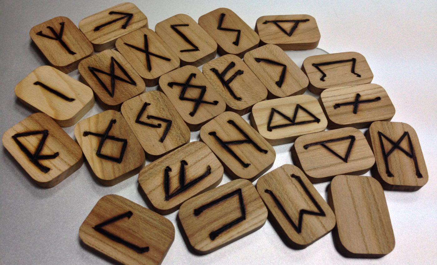 rune -sfatulparintilor.ro - pixabay_com - runes-1474991_1920