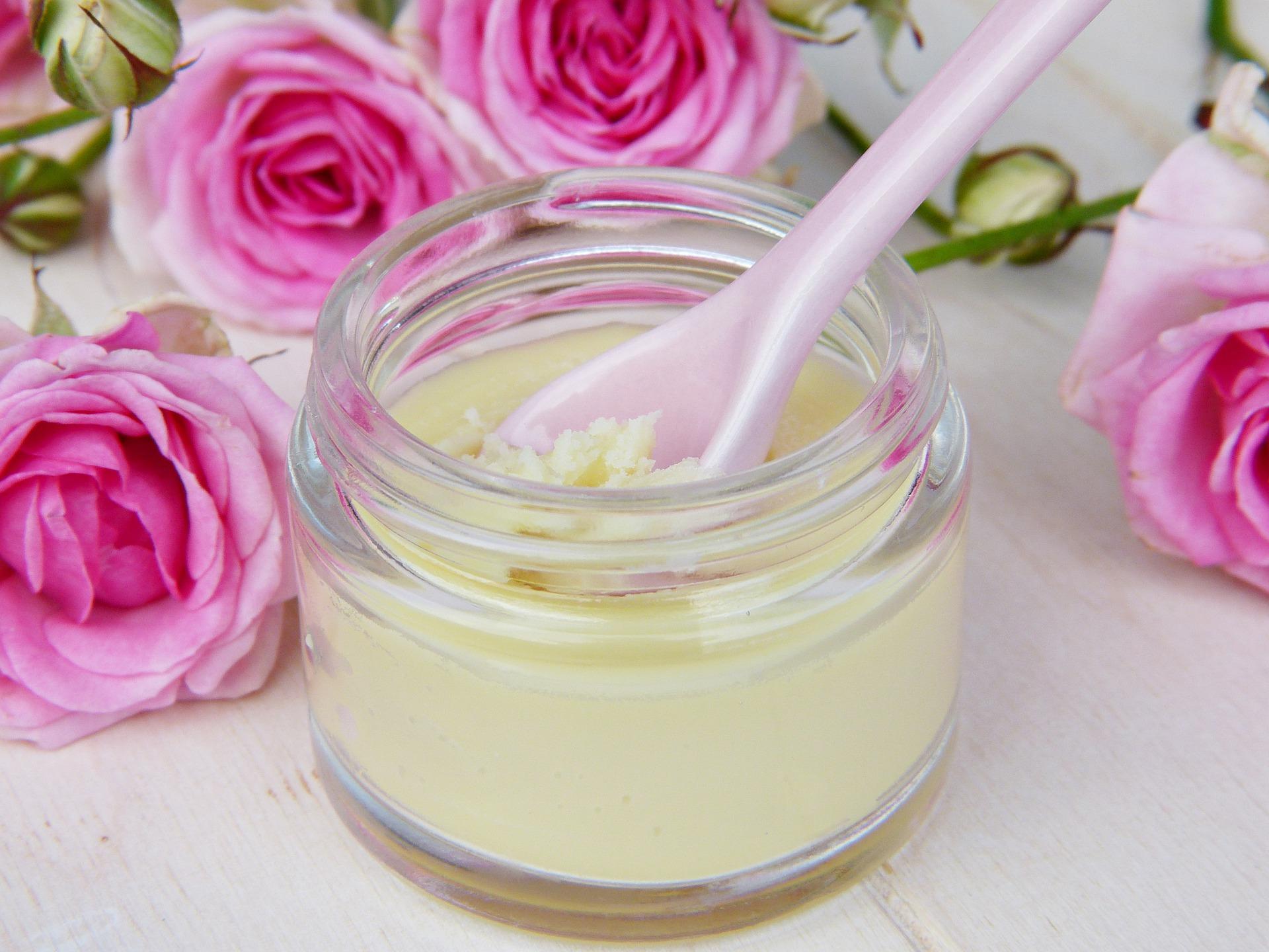 ulei de cocos frumusete - sfatulparintilor.ro - pixabay_com - glass-3141865_1920