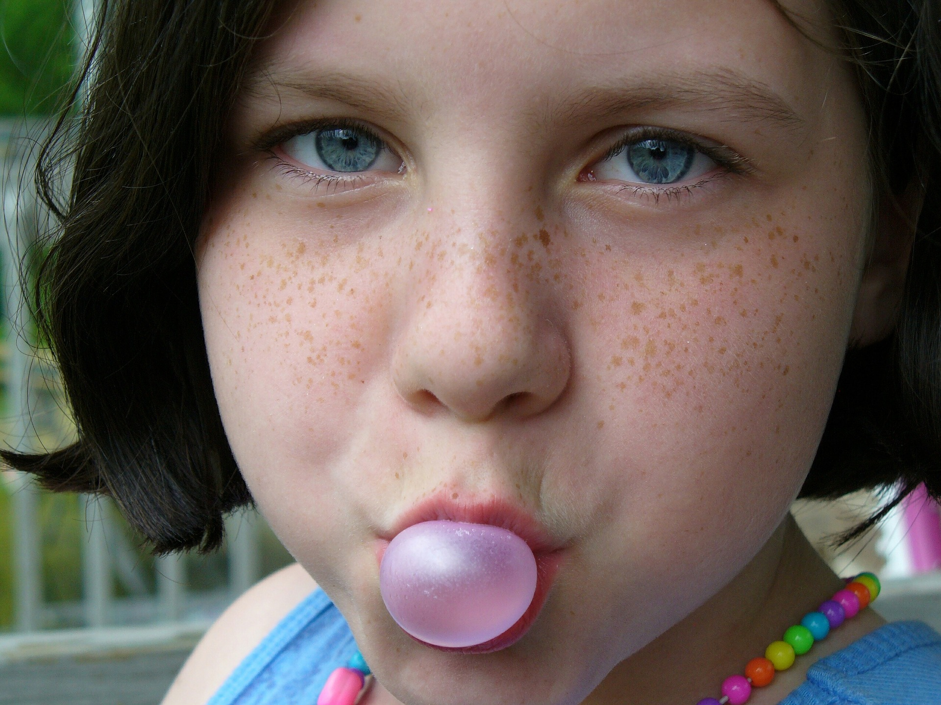 guma de mestecat in par - sfatulparintilor.ro - pixabay_com - girl-1101936_1920