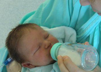 lapte praf - sfatulparintilor.ro - pixabay_com - biberon-784486_1920