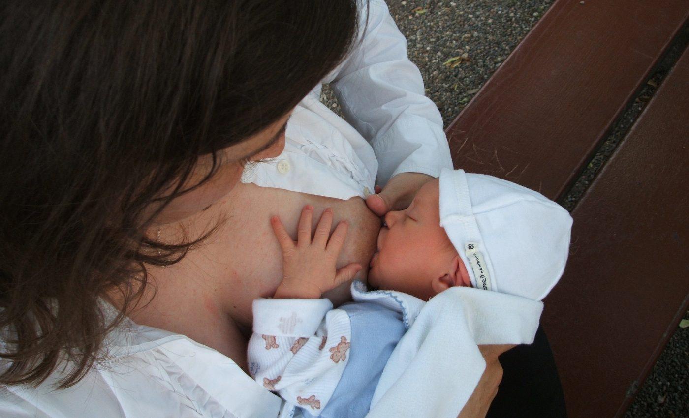 alimente alergenice - sfatulparintilor.ro - pixabay_com - breastfeeding-2090396_1920