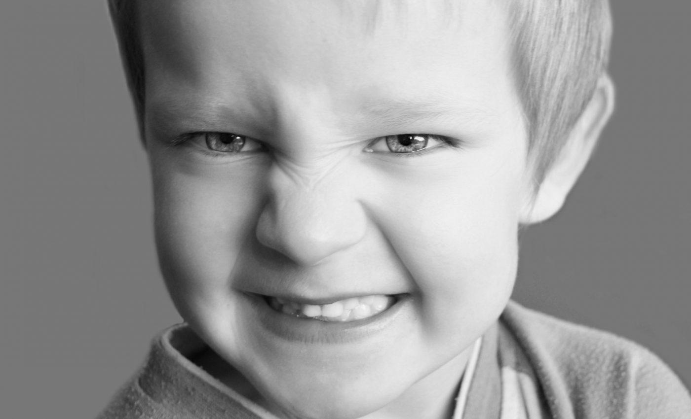 copil care musca