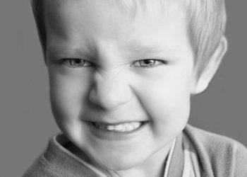 De ce musca copiii mici