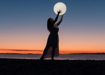 superluna plina in fecioara - sfatulparintilor.ro - pexels_com - woman-holding-a-moon-3622517