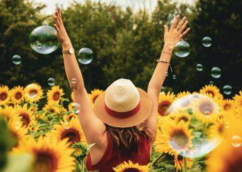 Cum sa-ti antrenezi creierul sa fie fericit- sfatulparintilor.ro - pexels_com - photography-of-woman-surrounded-by-sunflowers-1263986