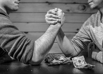 credinte limitative despre bani - sfatulparintilor.ro - pixabay_com - arm-wrestling-567950_1920
