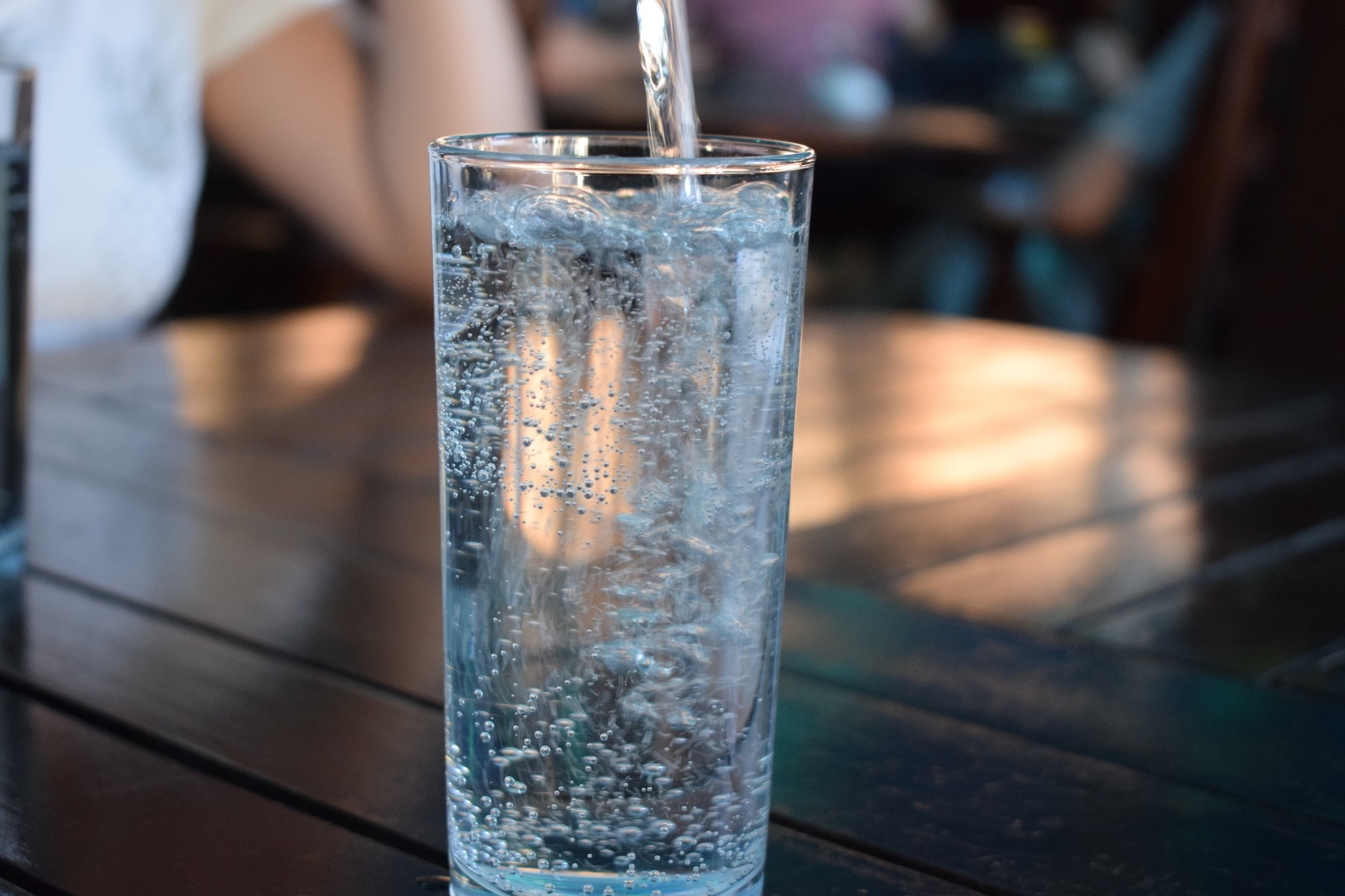 De ce e bine sa bei apa dimineata