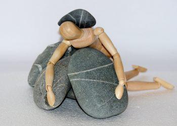 blocat in viata - sfatulparintilor.ro - pixabay-com - holzfigur-980784_1920