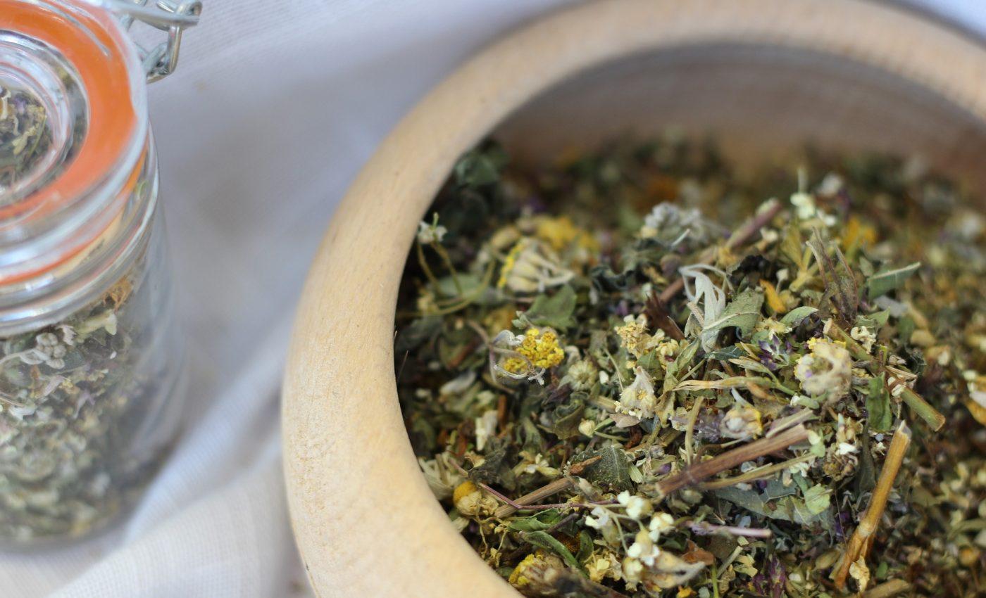 Ce boli vindeca ceaiul de pelin - sfatulparintilor.ro - pixabay_com - grass-3267376_1920