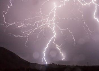 energiile Lumii Noi - sfatulparintilor.ro - pixabay_com - lightning-399853_1920