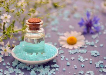 Beneficiile baii cu sare - sfatulparintilor.ro - pixabay_com - essential-oil-3816410_1920