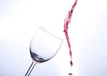 Cu ce se curata vinul rosu - sfatulparintilor.ro - pixabay_com - wine-glass-2651654_1920