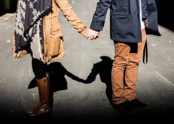 cai sa te refaci dupa ce te-a inselat - sfatulparintilor.ro - pixabay-com - holding-hands-1031665_1920