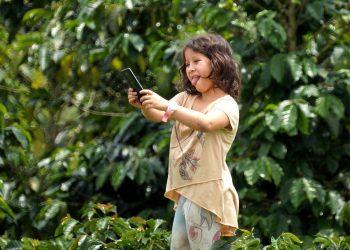 Cum sa cumperi primul telefon mobil copilului tau - sfatulparintilor.ro- pixabay_com - girl-5777241_1920