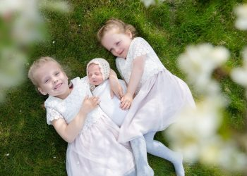 cum sunt copiii nascuti in luna iulie - sfatulparintilor.ro - pixabay_com - sisters-4148914_1920